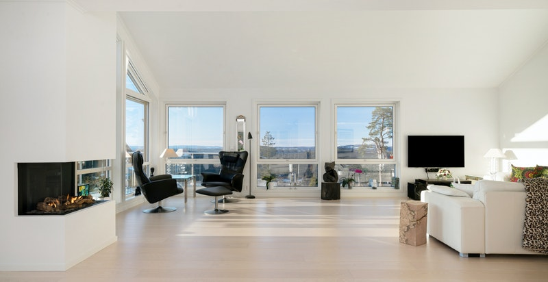 Stor stue med mye gulvplass og praktfull utsikt