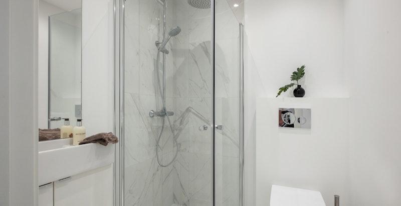 Baderom II har inngang fra gangen og er et fullverdig baderom med dusj, toalett og servant.