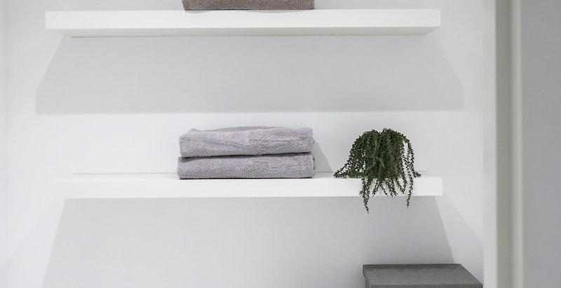 I tillegg har leiligheten et smart vaskerom med inngang fra entreen. Her er det lagt opp til vaskemaskin og kondenstrommel.