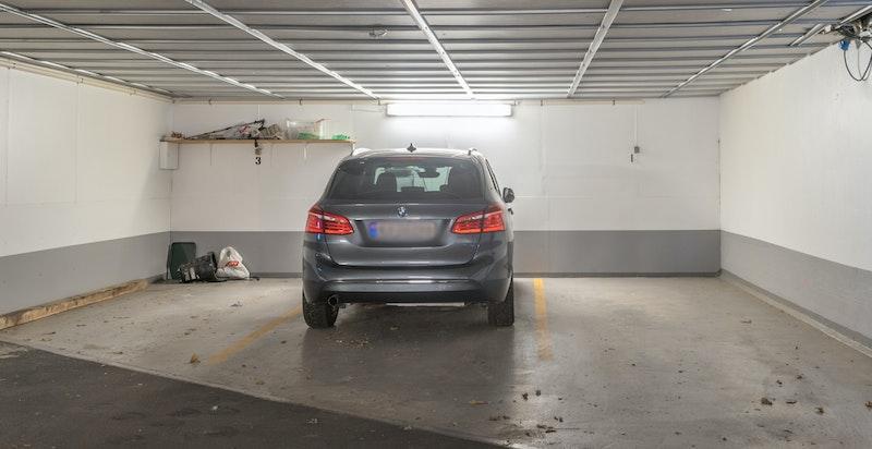 Medfølgende p-plass i nyoppusset garasje. Meget god internbeliggenhet.