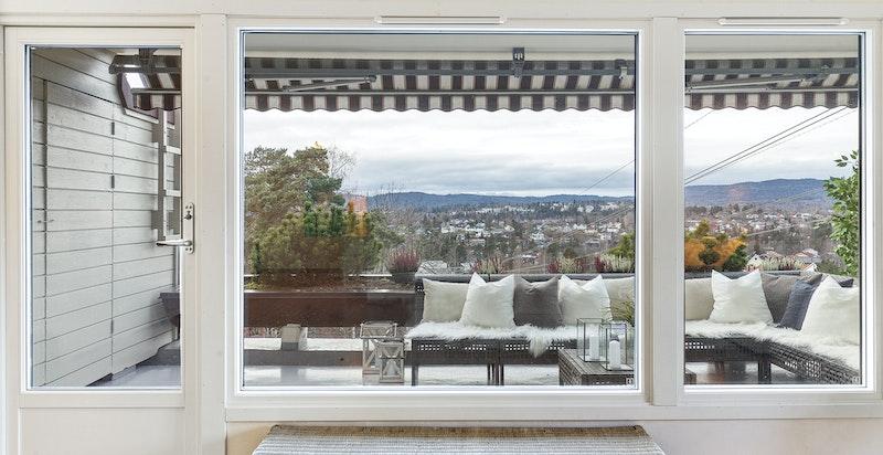 Stor vestvendt terrasse med kveldssol. Nye moderne vinduer og terrassedør.