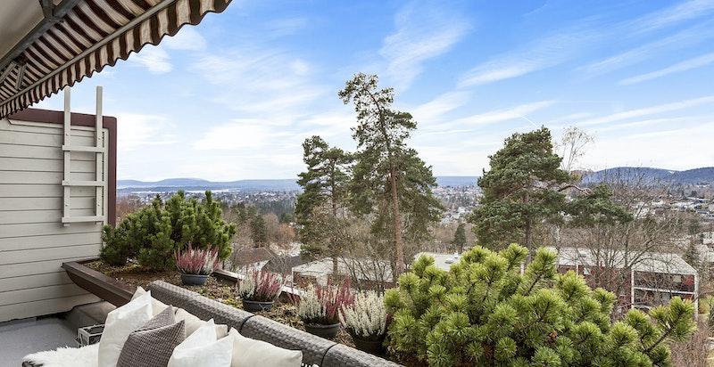 Stor og privat terrasse med ettermiddags- og kveldssol om sommeren