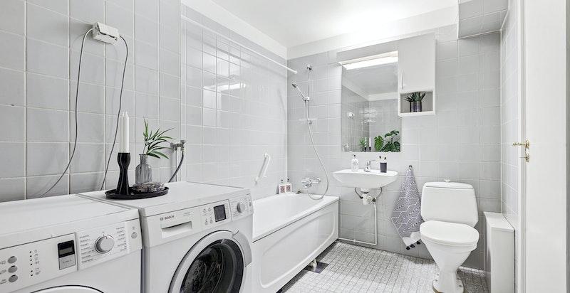 Stort hovedbad med badekar og opplegg vask/tørk