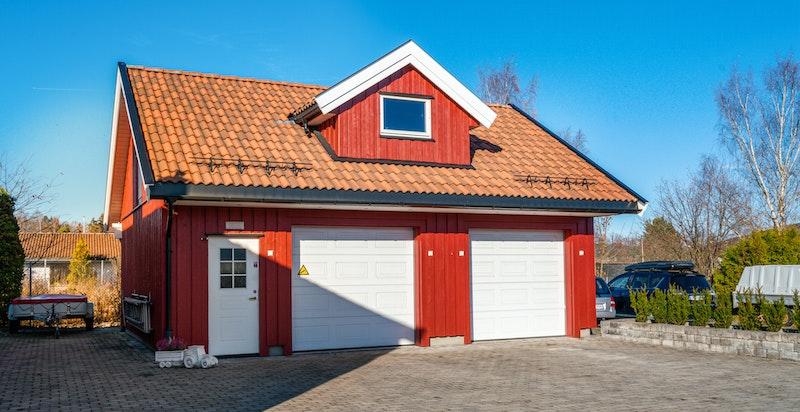 Stor og innholdsrik garasje/ verksted med loft oppført i 2009