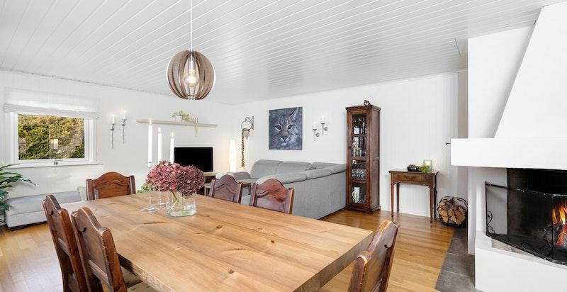 Hyggelig og lys stue med utgang til stor overbygget terrasse