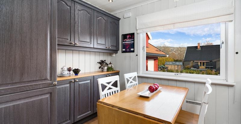 Kjøkkenet har god plass til spisebord.