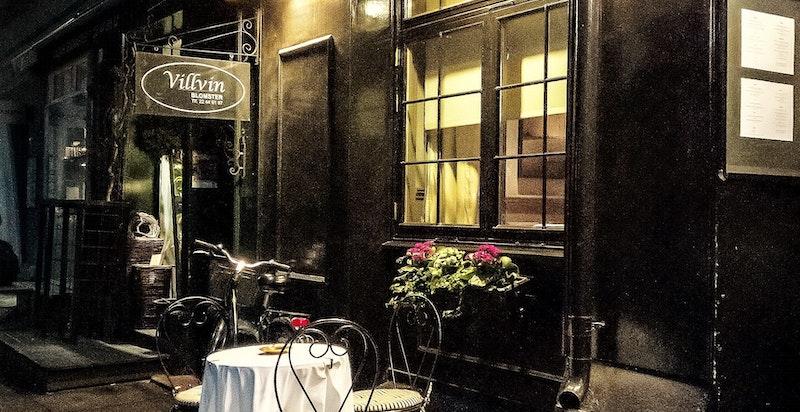 Innen kort gangavstand finnes en rekke hyggelige kaféer og restauranter som Hos Thea, Baker Hansen og Åpent bakeri på Skillebekk.