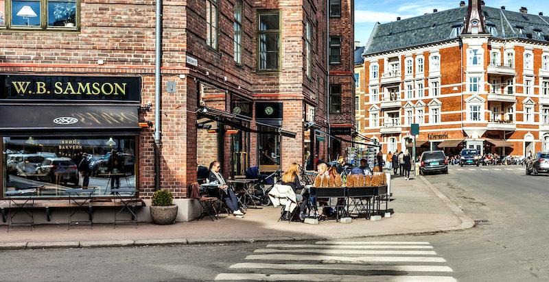 Det er kort vei til Bygdøy Allé og Frogner med ytterligere forretninger og servicetilbud, samt spesialforretninger som Frogner Spesial og Skafferiet.