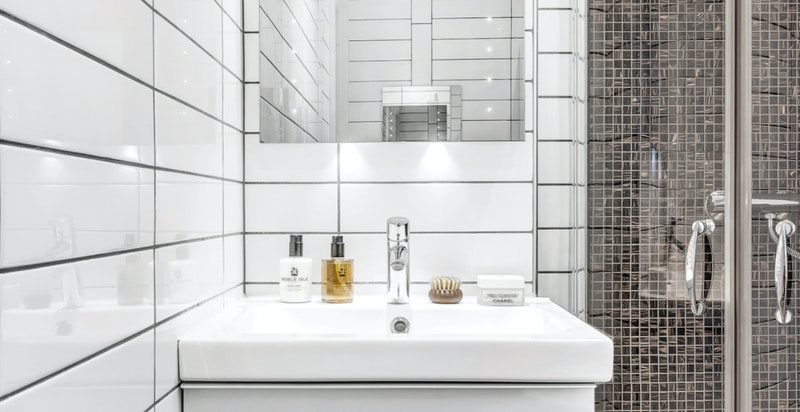 Badet ble pusset opp i 2011 av Wit AS. I 2019 har badet fått nytt gulv med påstøp, varmekabler og nye fliser.