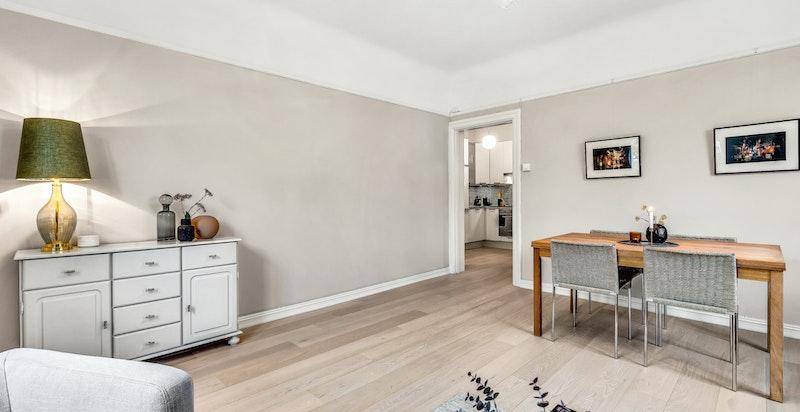 Romslig stue med flere møbleringsmuligheter og god plass til både sofagruppe og spisestue.