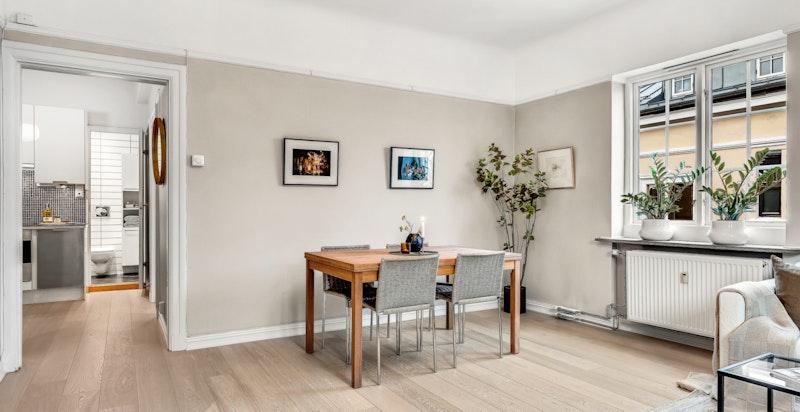 Lys og luftig stue. God takhøyde og klassiske detaljer.