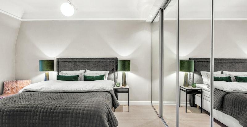 Soverommet har stor skyvedørsgarderobe, og har plass til både dobbeltseng og kontorløsning.