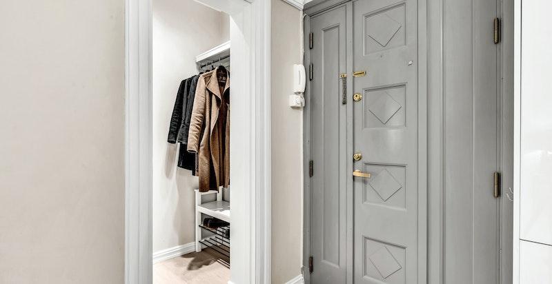 Lys og innbydende entré med direkte tilknytning til garderobe.