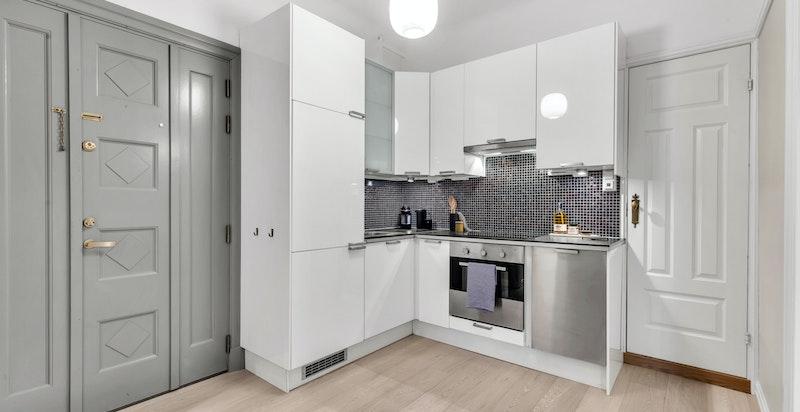 Kjøkkenet er velutstyrt med god skap - og benkeplass.