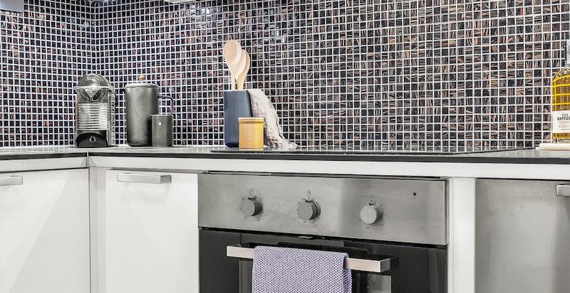 Kjøkkenet har følgende hvitevarer som medfølger: integrert stekeovn, keramisk topp, kombinert kjøl/frys og oppvaskmaskin.