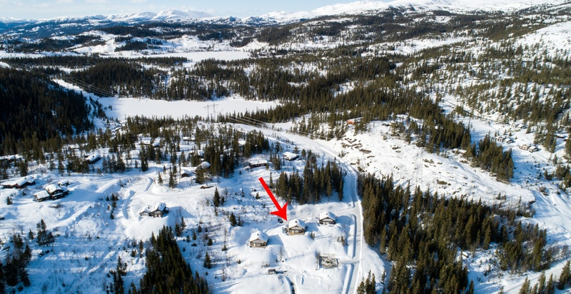 Hytta ligger fint til i terrenget. Skrikarlia ligger ca. 15 minutter fra Skisenteret og 10 minutter fra Bøseter (Norefjell Resort)