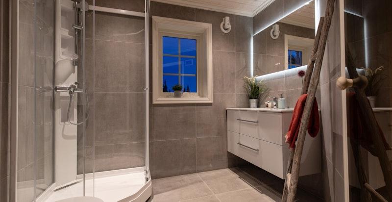 Hytta har to baderom (begge med dusj) hvor det er gjennomgående, smakfulle materialvalg.