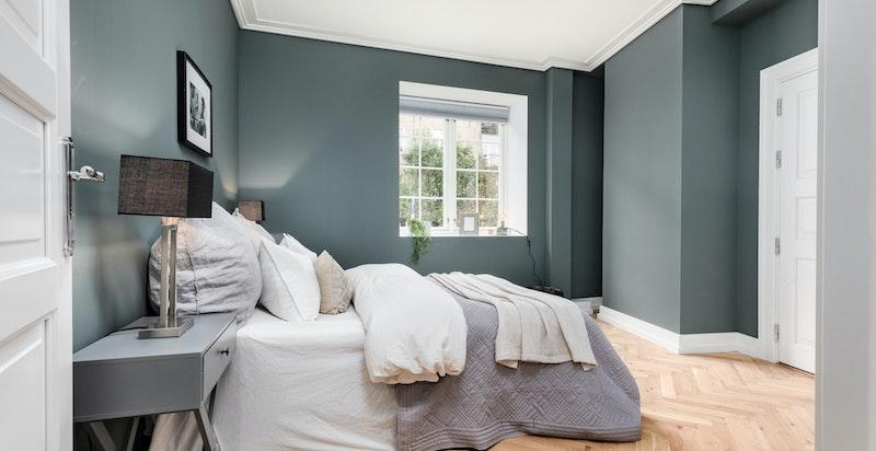Soverom 2. Romslig soverom med plass til dobbeltseng og garderobeløsninger. Tilgang på baktrapp fra dette rommet. Baktrappen tar det enkelt ut i sameiets flotte bakhave/fellesarealer.