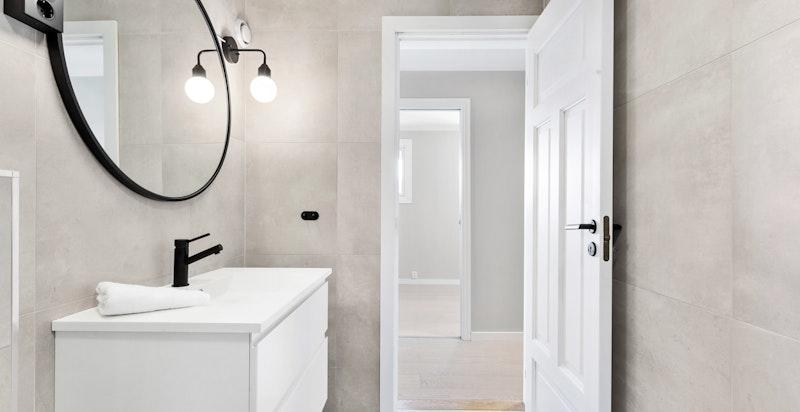Det er gulvvarme og vegghengte toaletter med innbygde sisterner på begge bad. Opplegg til vaskemaskin/tørketrommel på det ene badet