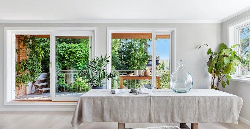 Fra stue/spisestue har man adkomst til kjøkken, tv-stue (evt. soverom 3) og hyggelig sydvendt terrasse
