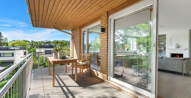 Terrassen er solrik og måler ca. 13 kvm.