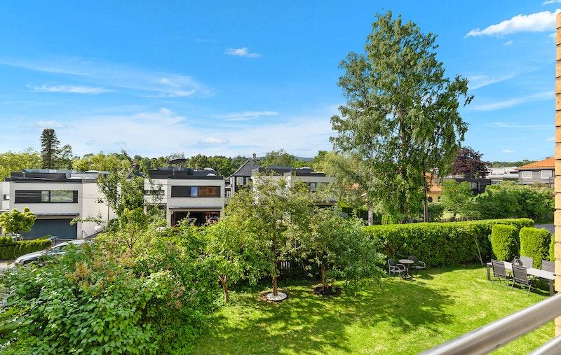Velkommen til denne lyse og pene 4-roms selveierleiligheten, sentralt beliggende på populære Vinderen