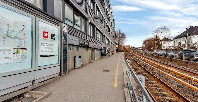 Fra leiligheten kan man reise kollektivt med buss eller T-bane (enten fra Vinderen- eller Heggeli)