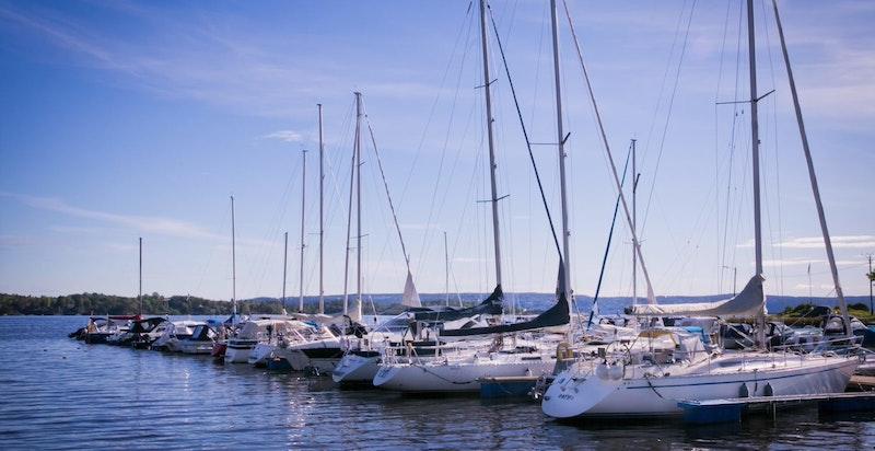 Det er flere marinaer i nærområdet med utleie av båtplasser.
