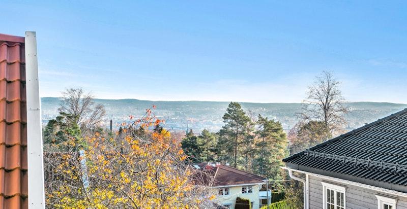 Verandaen er sydvestvendt og har gode solforhold og hyggelig utsikt