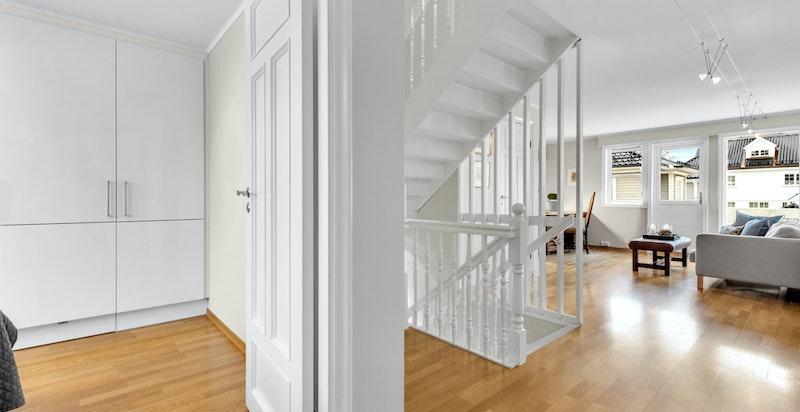 Fra trappehall er det inngang til bl.a. tre soverom