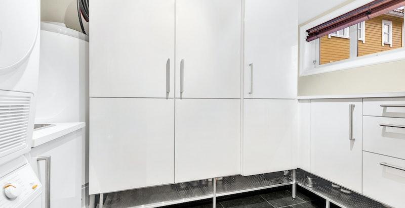 Vaskerom med varmekabler i gulv og opplegg til vaskemaskin. Utslagsvask. Sluk i gulv. Varmtvannsbereder fra 2011. Hovedstoppekran og bryter utekran er plassert i vaskerommet. Vaskerommet ble utvidet og ombygget i 2011