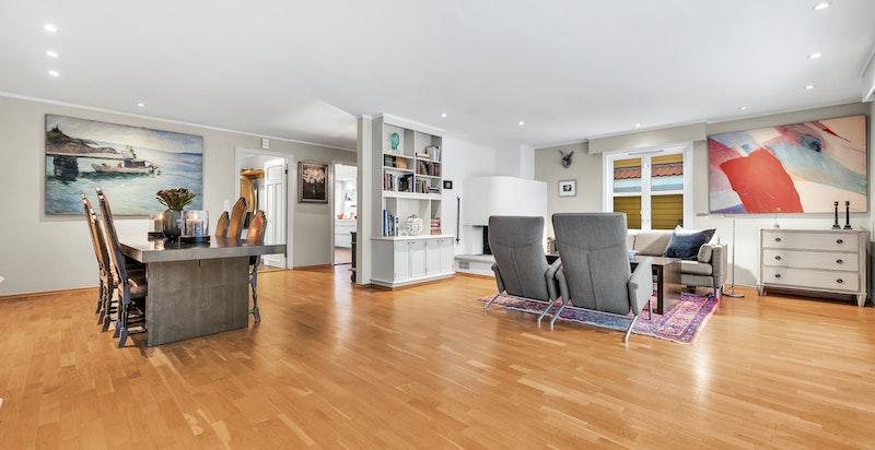 Den store stuen gir mye luft og lys, og kan innredes fleksibelt med sofaseksjoner og spisestue