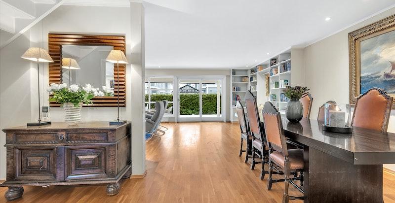 Mellom entré og stue ligger trappehall med inngang til kjøkkenet