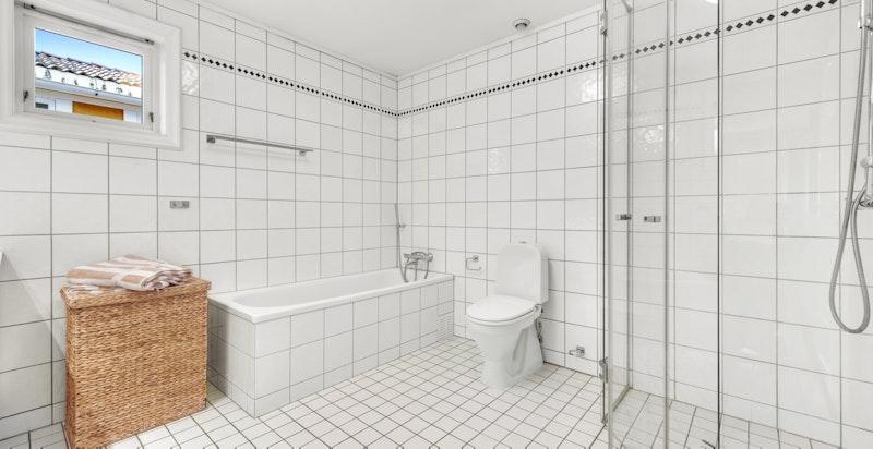 Innmurt badekar med flislagt front og lufteventil