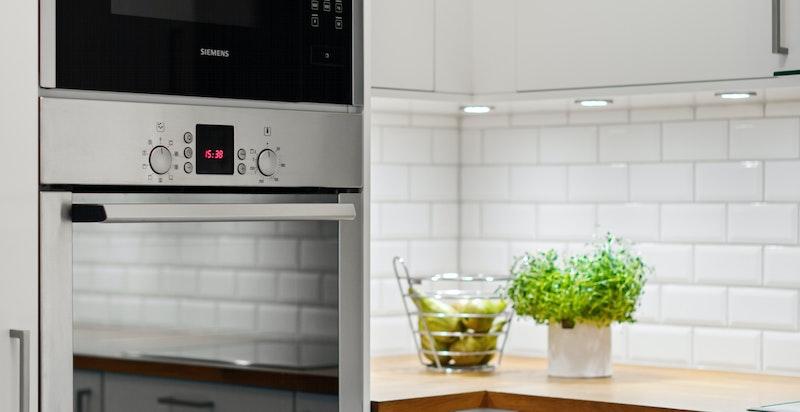 Innebygd AEG kombiskap med kjøl/frys, Bosch oppvaskmaskin, Bosch stekeovn og Siemens mikrobølgeovn
