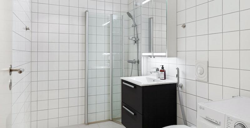 Badet ble oppgradert i 2018 med nye møbler, servantskap med skuffer, servant, speilskap med LED-lys og dusjarmatur