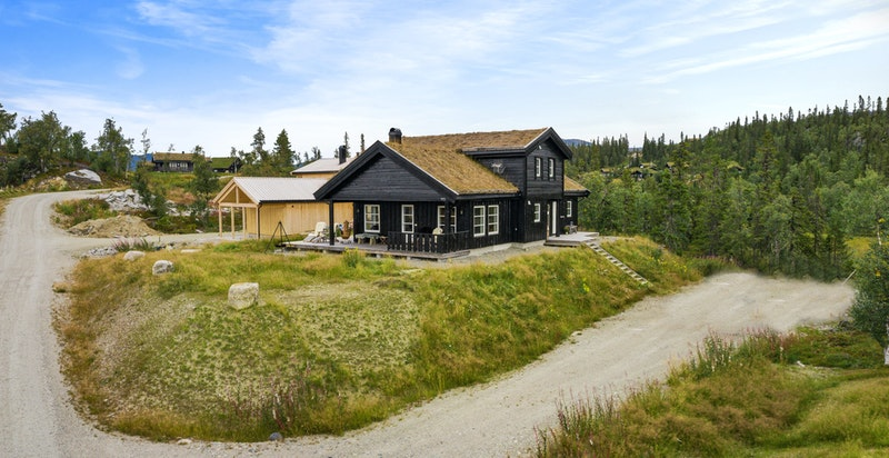 Flott familiehytte med oppstue bygget i 2016. Stor opparbeidet parkering og såle til evt bygging av garasje, på nedsiden av hytta