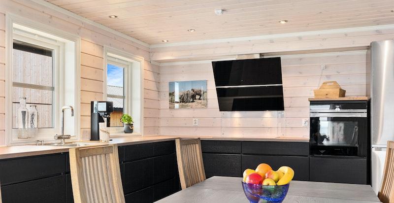 Moderne kjøkken fra Kvik med integrerte hvitevarer. - Frittstående kjøl/frys