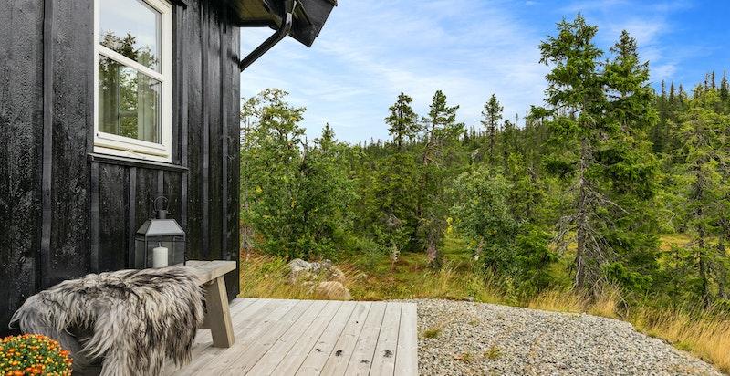 Terrasse på flere sider av hytta