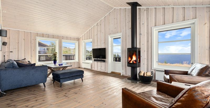 Stor og lys stue med god takhøyde. Flott utsikt fra sofaen! Utgang til terrasse.