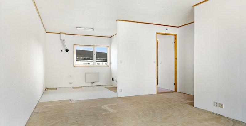 Åpen løsning mot avsatt plass til kjøkken.