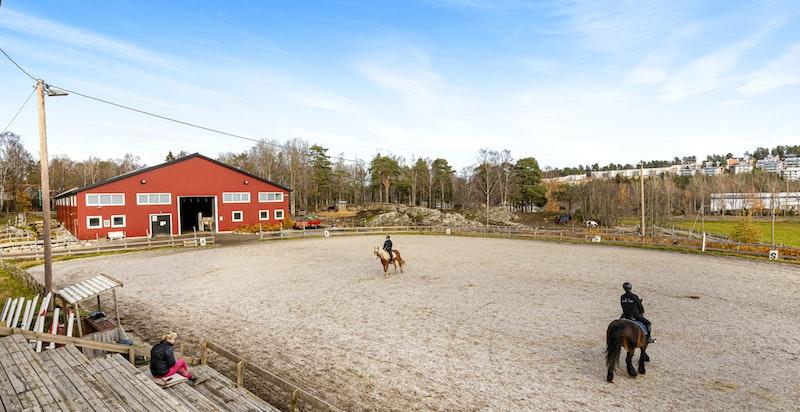 Fra boligen er det få minutters gange til Søndre Aas gård og Miljøsenter, som er en hyggelig besøksgård med blant annet rideskole.