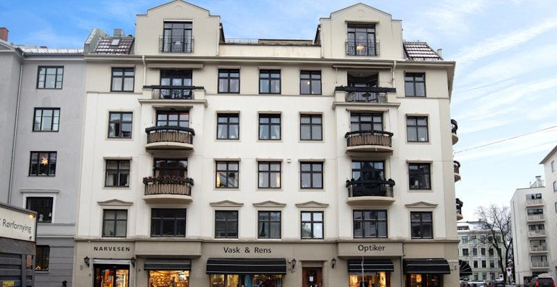 Flott fasade - leiligheten gjennomgående i bygget som har heis