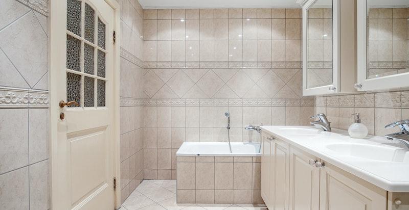 Hovedbadet med badekar, dusj og wc