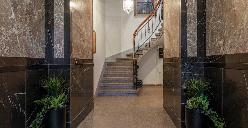 Inngangshall med trappeløp og heis