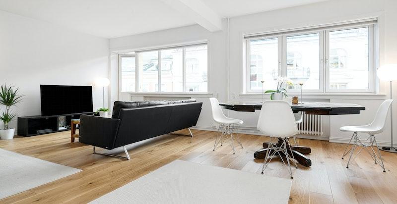 Lys og luftig stue i åpen løsning med spisestue og kjøkken