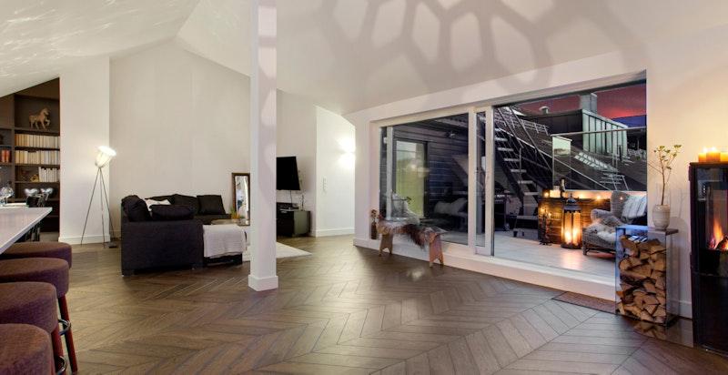 Stue. Nær tilknytning til leilighetens private terrasse.