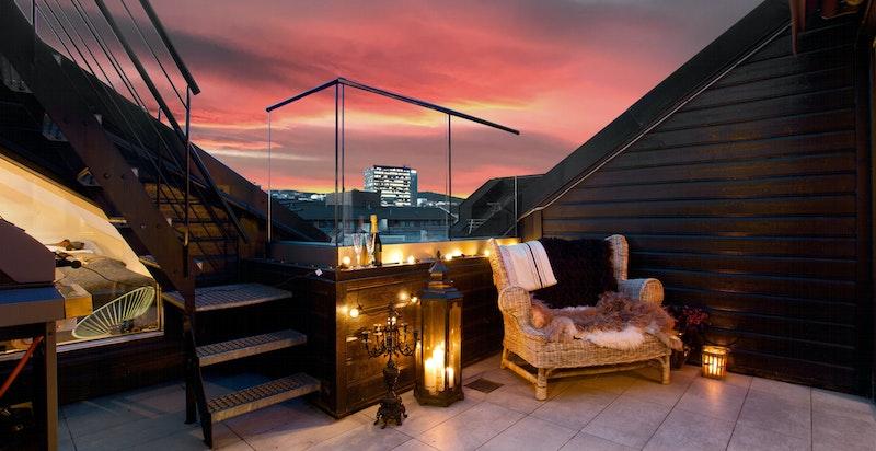 Privat takterrasse på ca. 10 m2 med flislagt gulv, utelys og strømuttak.