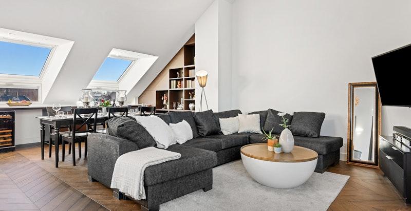 Store vindusflater og store skyvedører gir leiligheten rikelig med naturlig lys.