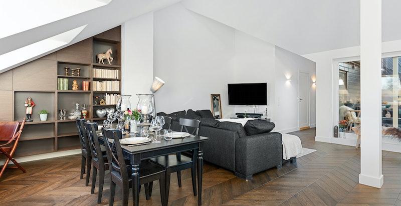 God plass til spisebord, sofagruppe og medievegg.